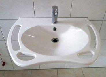 Gute Ideen gehören zum Konzept der Pflege-WG: Alle Waschtische haben Haltegriffe.