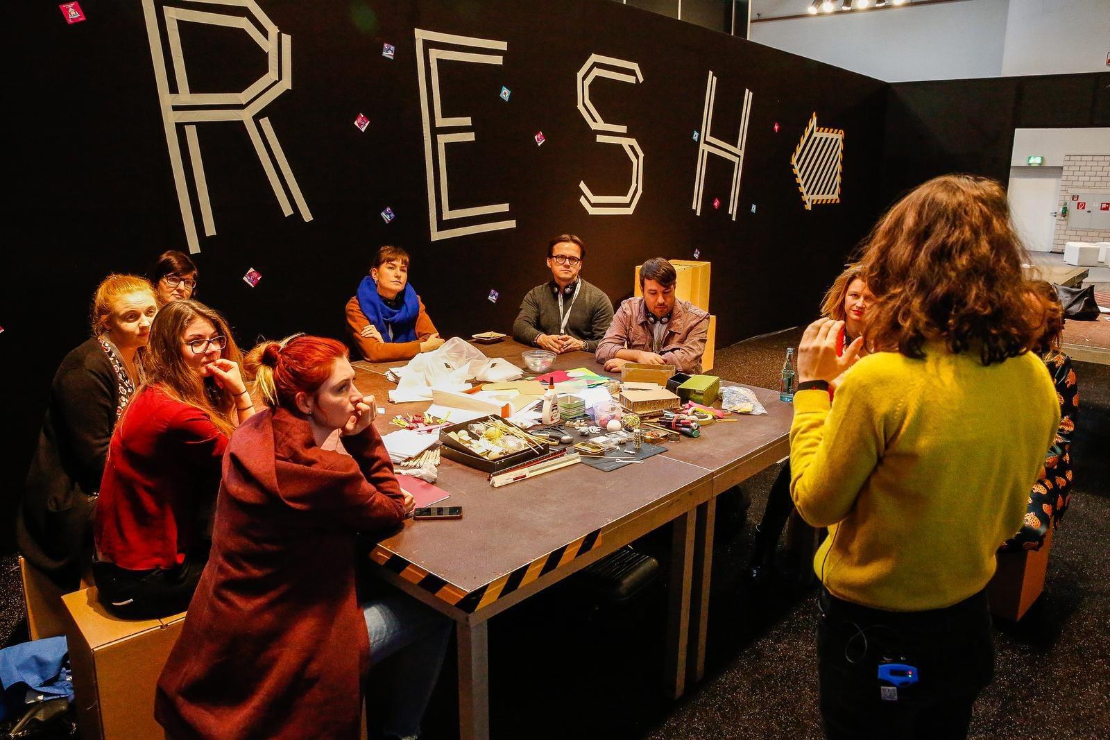 """Im Bereich """"Fresh"""" folgt Christian Walk (3.v.r.) einem Vortrag über das Berufsbild Event und nimmt an einem Workshop für Szenografie teil.FOTO: BRANDEX, RONNY BARTHEL"""