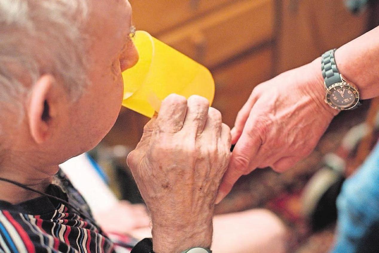 Immer mehr ältere Menschen wollen so lang wie möglich in den eigenen vier Wändern gepflegt werden. Dies übernehmen zum großen Teil die Angehörigen. Ist dies nicht möglich, erfolgt die Pflege über Hauswirtschafts- und Betreuungspersonal, auch aus Osteuropa. Foto: dpa