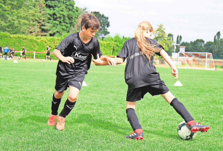 Ein Dribbling will gelernt sein: Die jungen Kicker üben unter anderem, den Ball zu behaupten.