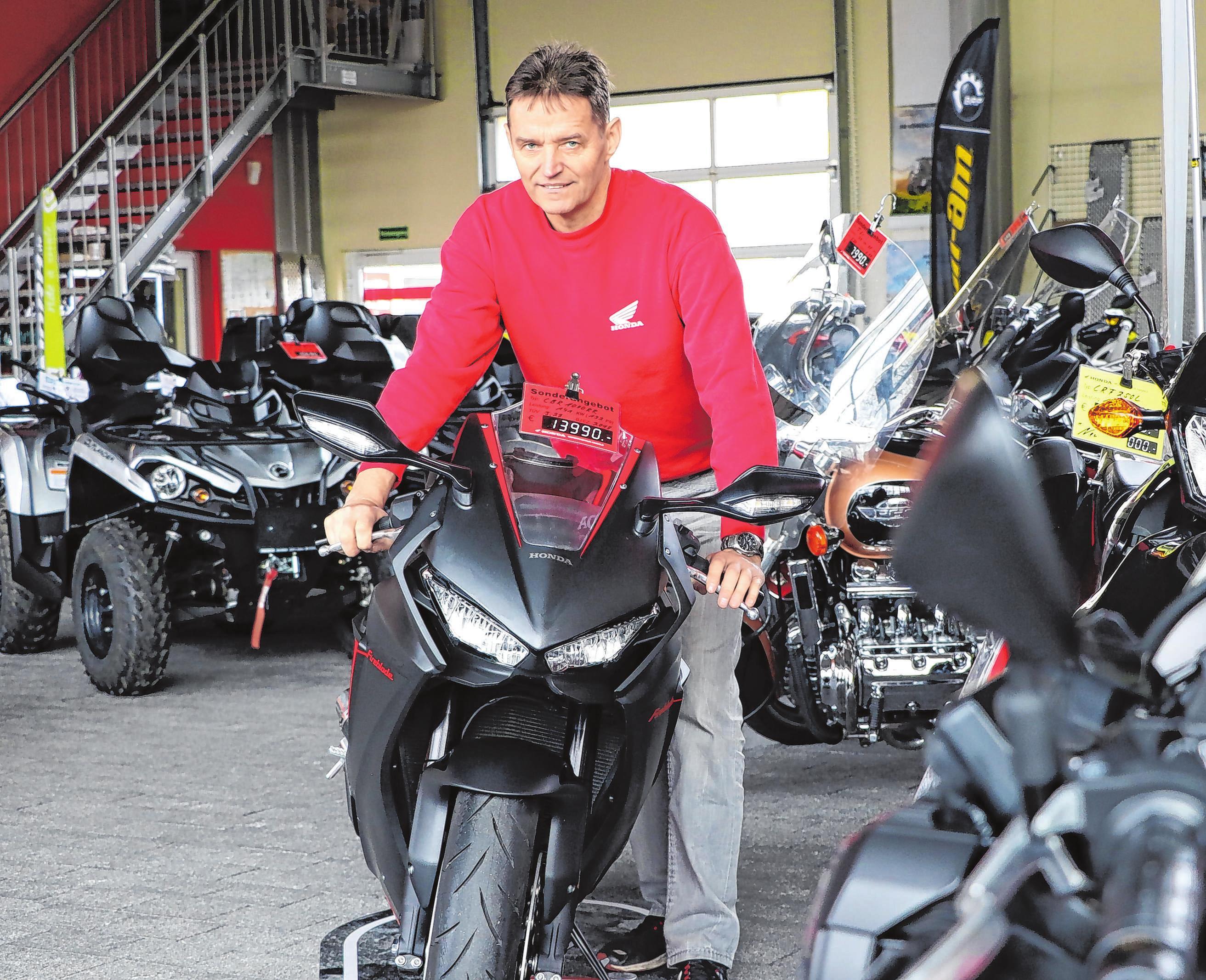 Inhaber Jörg Haigold präsentiert den Kunden eine Auswahl von über 60 Motorrädern, 100 Fahrrädern und 20 Quads.