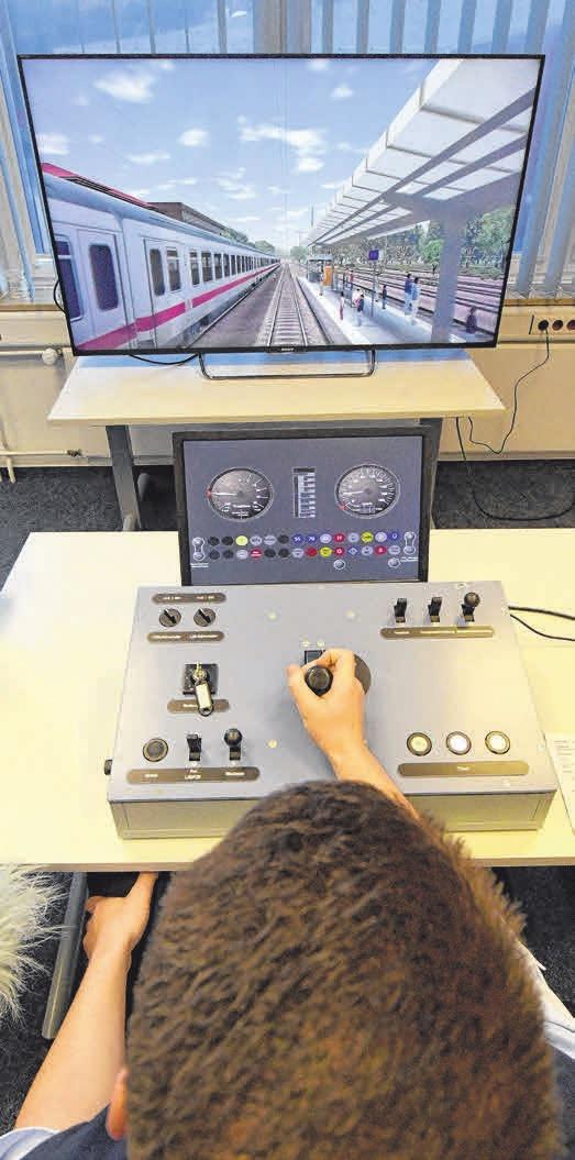 Der Auszubildende Hannes Guhl trainiert an einem Fahrsimulator. Foto: C. Rehder