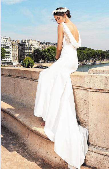 Der Stoff fällt fließend, der Stil ist schlicht und doch hat das Brautkleid einen aufregenden Rückenausschnitt.FOTO: CYMBELINE, MAG