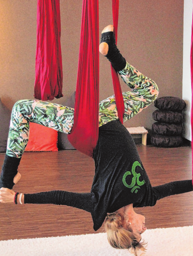 Aerialyoga ist eine besondere Form des Yoga, die mit von der Decke hängenden Tüchern praktiziert wird. Ein mehrminütiger Beitrag über Michaela Schaafs Kurs, wurde in der SWR-Landesschau gezeigt.