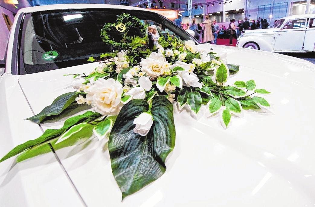 Schöne Blumen auf der Motorhaube sind ein typischer Schmuck fürs Hochzeitsauto – sie dürfen dem Fahrer aber nicht die Sicht nehmen. FOTO: ANDREA WARNECKE, TMN