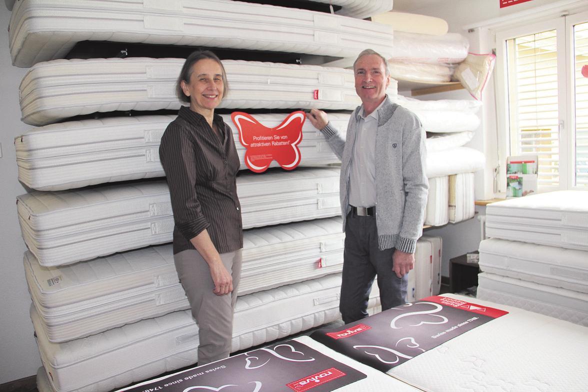 Erika und Hans Schudel vor den Roviva-Matratzen, auf die es attraktive Rabatte bis Ende November gibt. Bild: Carolin Frei