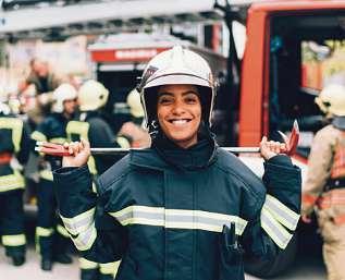 Luft nach oben: 2020 bewarben sich nur 31 Frauen um den Einstieg bei der Berliner Feuerwehr. FOTO: GETTY IMAGES