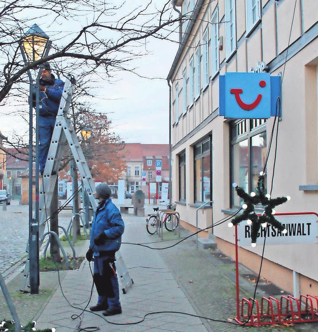 Die Vorbereitungen für das Kyritzer Lichterfest haben begonnen. Die Beleuchtung in der Stadt wird installiert.