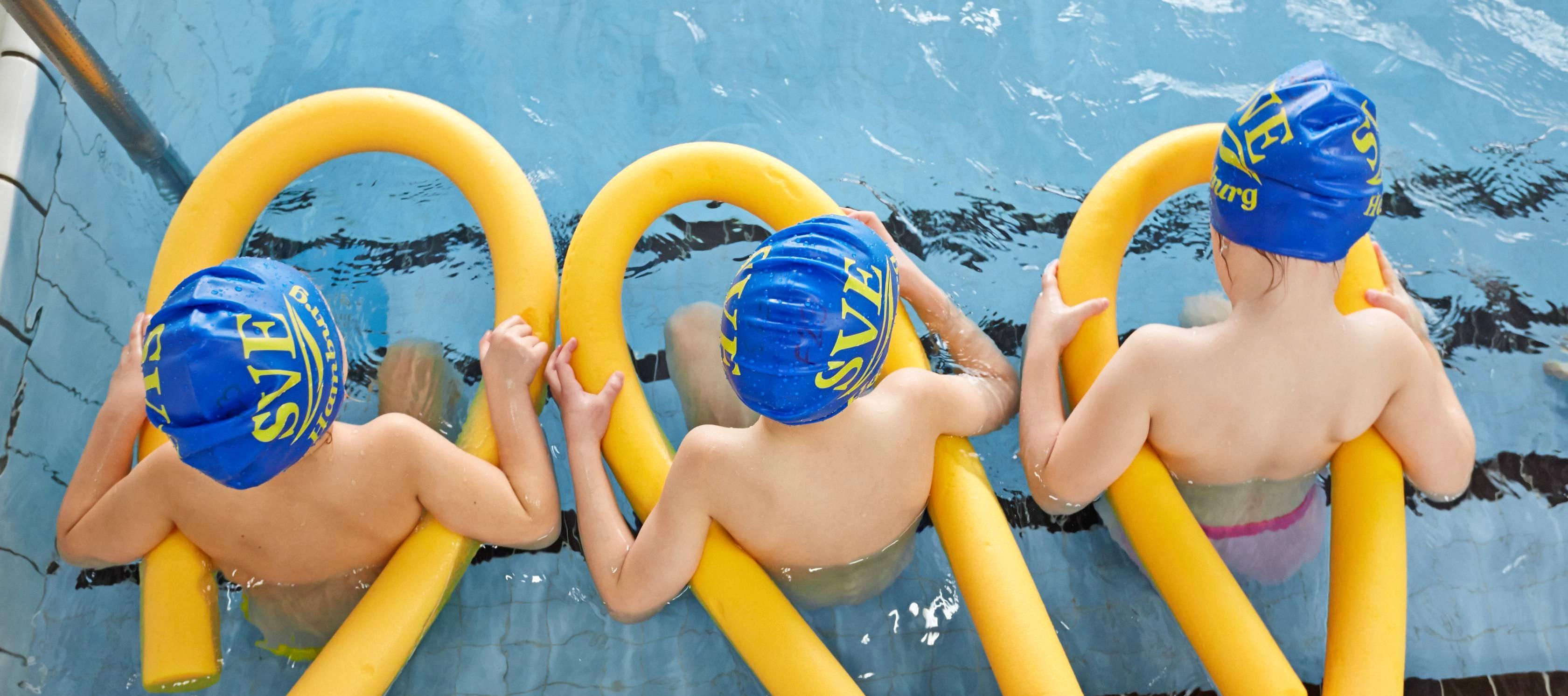 Kinder sollten sicher schwimmen können. Doch an immer mehr Schulen fällt der Unterricht aus – weil Lehrkräfte fehlen oder öffentliche Bäder schließen. Foto: dpa