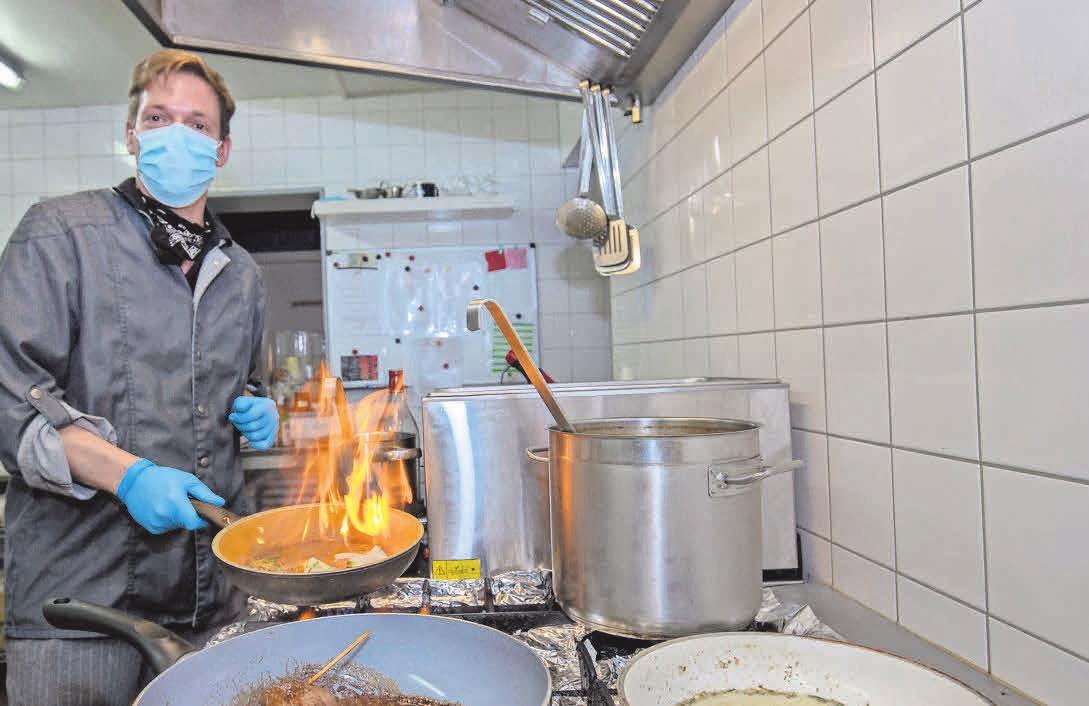 Philippe Bourdoux (Restaurant Beekhuus) bereitet den Hauptgang mit Kalbsroulade vor.