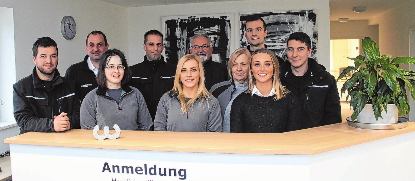 Das Team um Tilman Koch (2. von links) kümmert sich am Crailsheimer Standort um Schäden aller Art im Blechkleid oder im Innenraum des Fahrzeugs. Insgesamt beschäftigt Koch rund 40 Mitarbeiter in der Region. Foto: Marius Stephan