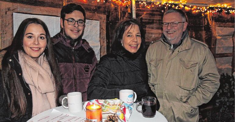 Mit guten Freunden macht der Besuch des Weihnachtsmarktes besonderen Spaß. FOTO: BRIGITTE SCHUBART