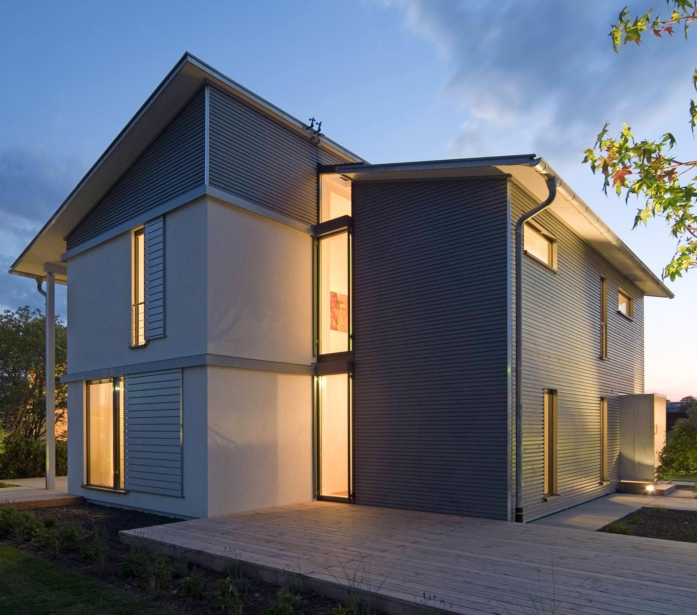 Baustoff mit Zukunft: Von wegen Schwedenhütte oder Bretterbude: Holzhäuser können einen sehr modernen Baustil haben. Foto: DHV/KitzlingerHaus