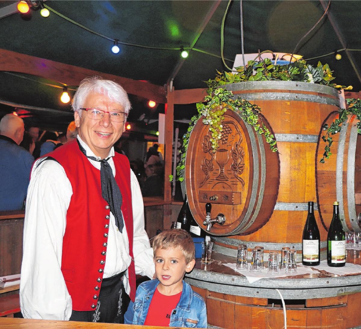 Feine Tröpfchen werden am Weinstand ausgeschenkt. Foto: Maria Bloching