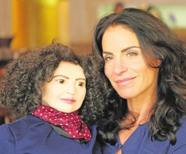 Sabra Lopes-Einstein mit ihrer Mascha-Kaléko-Puppe. FOTO: CHRISTOPH KRAUSS