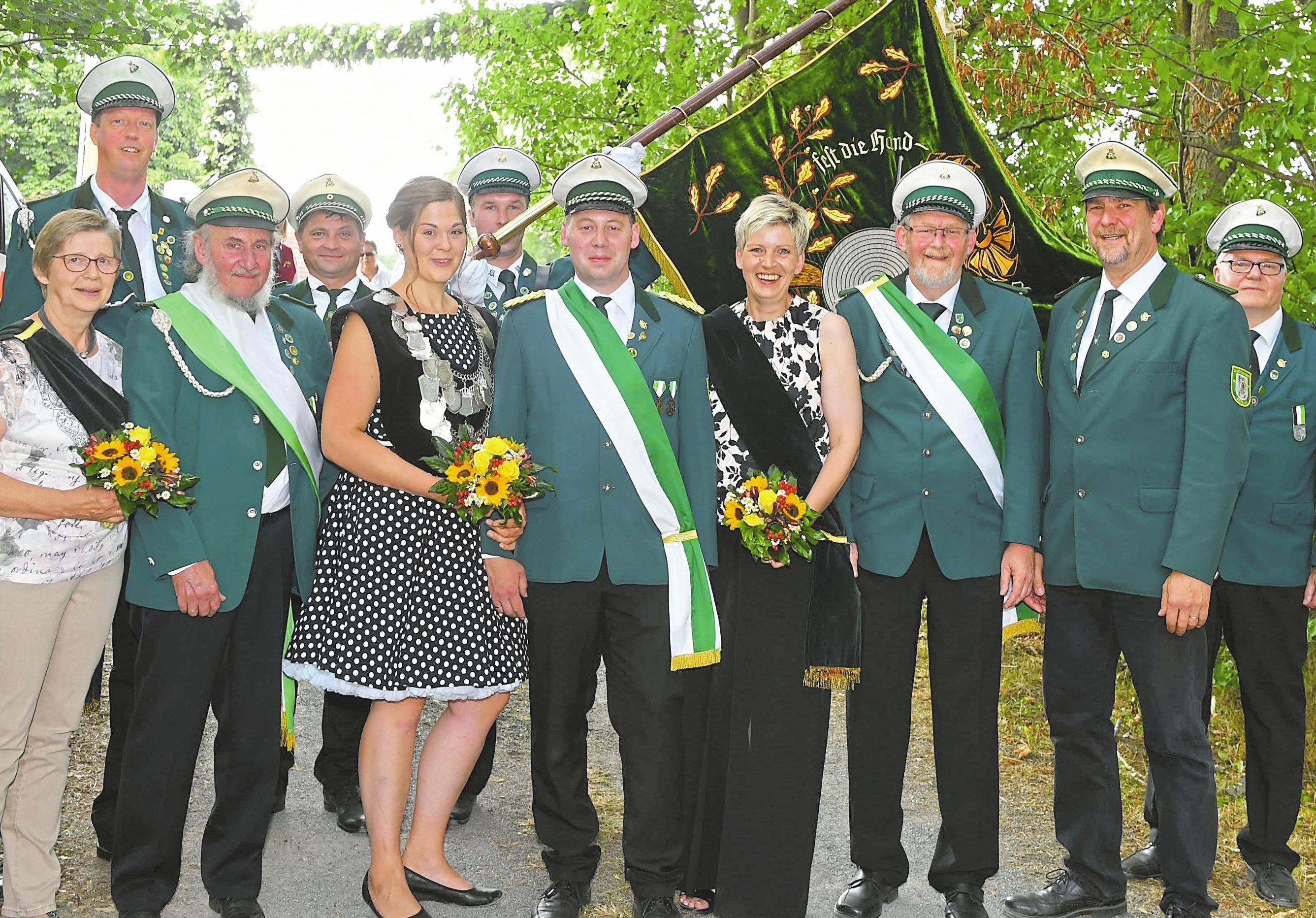 Saskia Krischke und ihr Mann Jan regierten die Düter Schützen. Jetzt wird ein Nachfolger für die Schützenkönigin gesucht. Foto: WN