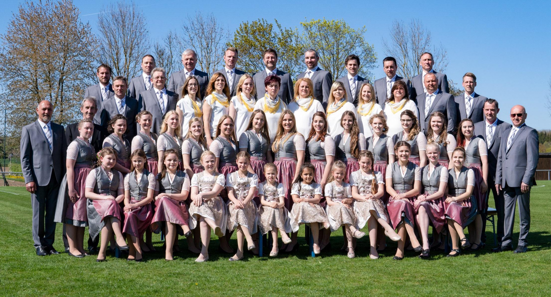 Bereit für die 50-Jahr-Feier des Vereins: das Festkomitee und die Festdamen des FC Wackerstein-Dünzing. Foto: FC