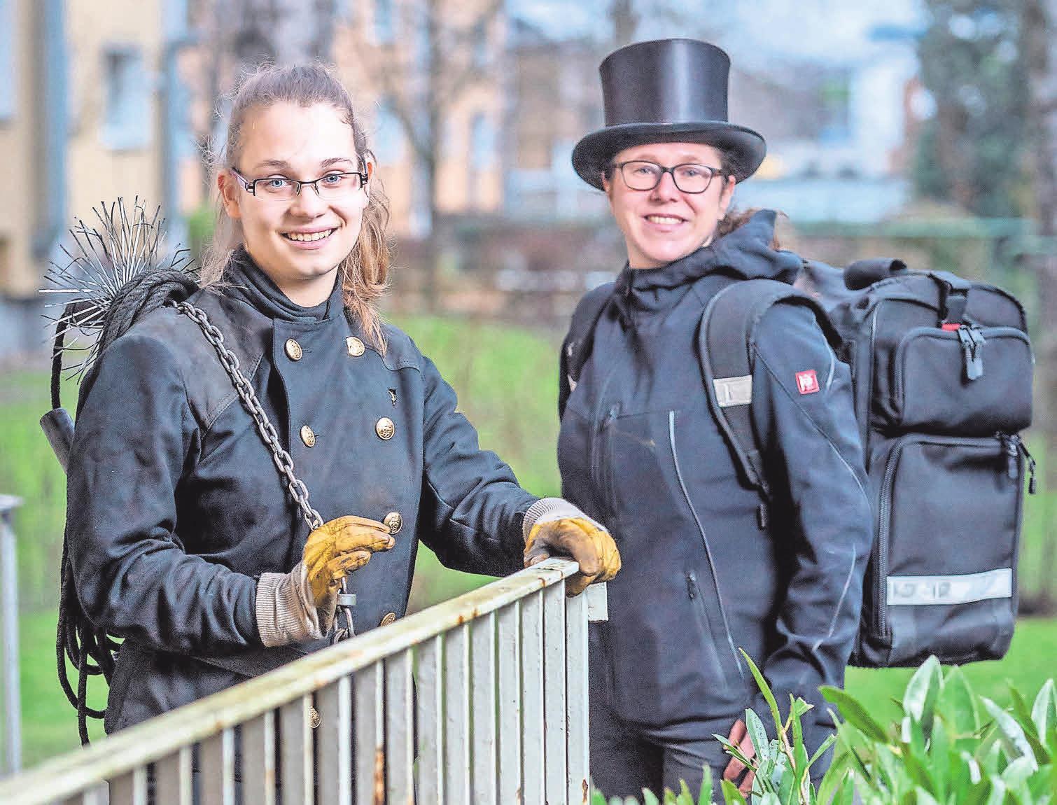 Tolles Team: Denise Artschwager (links) wird von der Schornsteinfegermeisterin Klaudia Göldner in Langenhagen ausgebildet.