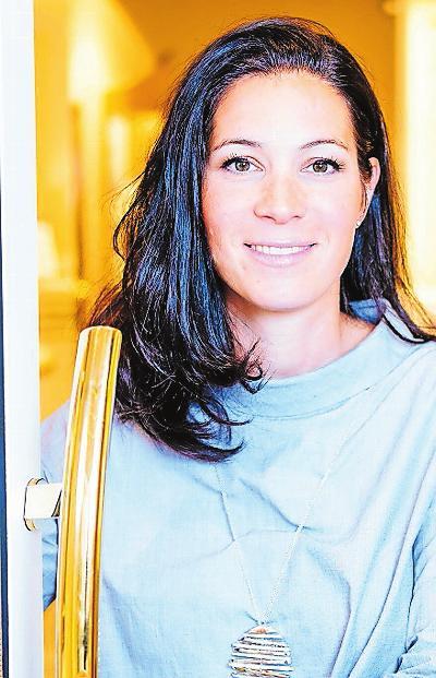 Birgit Pitrov präsentiert Schmuck, Uhren und Ringe. FOTO PITROV