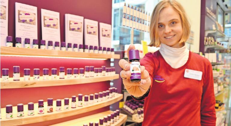 Zitrusdüfte machen gute Laune: Aromaexpertin Ulrike Merten berät in der Central-Apotheke und hilft, aus dem vielseitigen Sortiment das passende ätherische Öl zu finden. Foto: Juliane Groh