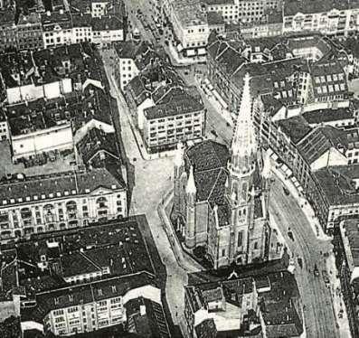 Verlorene Stadt. Die 1964 abgerissene Petrikirche, fotografiert um 1920. Rechts die gekrümmte Gertraudenstraße. Das Kaufhaus Hertzog (l.) ist eines der wenigen Gebäude, die noch heute existieren.
