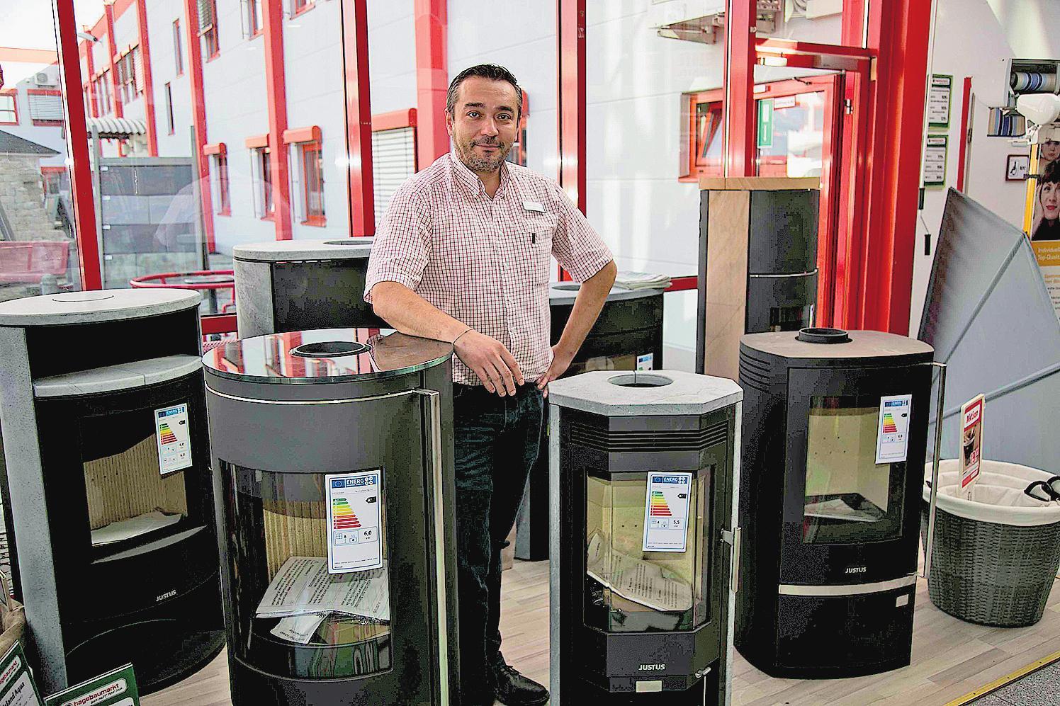 Abteilungsleiter Akin Demirkaya vom Hagebaucentrum Altenburg kennt sich in puncto Kaminöfen bestens aus. FOTO: RG