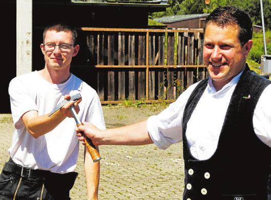 Moritz Bökenkamp zeichnet Florian Heise als Jahrgangsbesten aus. Foto: hek