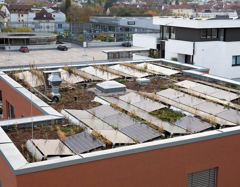 Die Photovoltaikanlage auf dem Flachdach eines der Gebäude sowie eine zentrale Lüftungsanlage mit Wärmerückgewinnung in allen Wohnungen helfen dabei, den Kfw-40 Standard aller Gebäude zu gewährleisten.