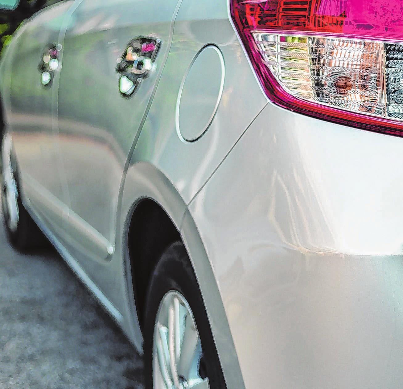Wer ein anderes Fahrzeug leicht beschädigt, sollte sich keinesfalls vom Unfallort entfernen - sonst drohen empfindliche Strafen. Wenn nach einer längeren Wartezeit der Halter des geschädigten Fahrzeugs nicht auftaucht, muss die Polizei informiert werden. Foto: P.Nandeenopparit/123rf.com