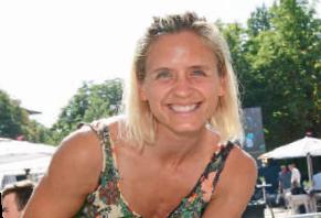 Beachvolleyball Legende Laura Ludwig schaute zur Abwechslung mal auf roten Sand.