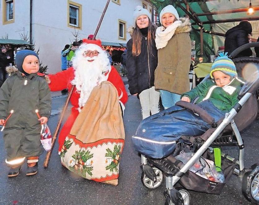 Der Geselle im roten Mantel und mit Rauschbart stapft in der Zeit zwischen 15 und 16 Uhr über den Weihnachtsmarkt. S. Hüttner