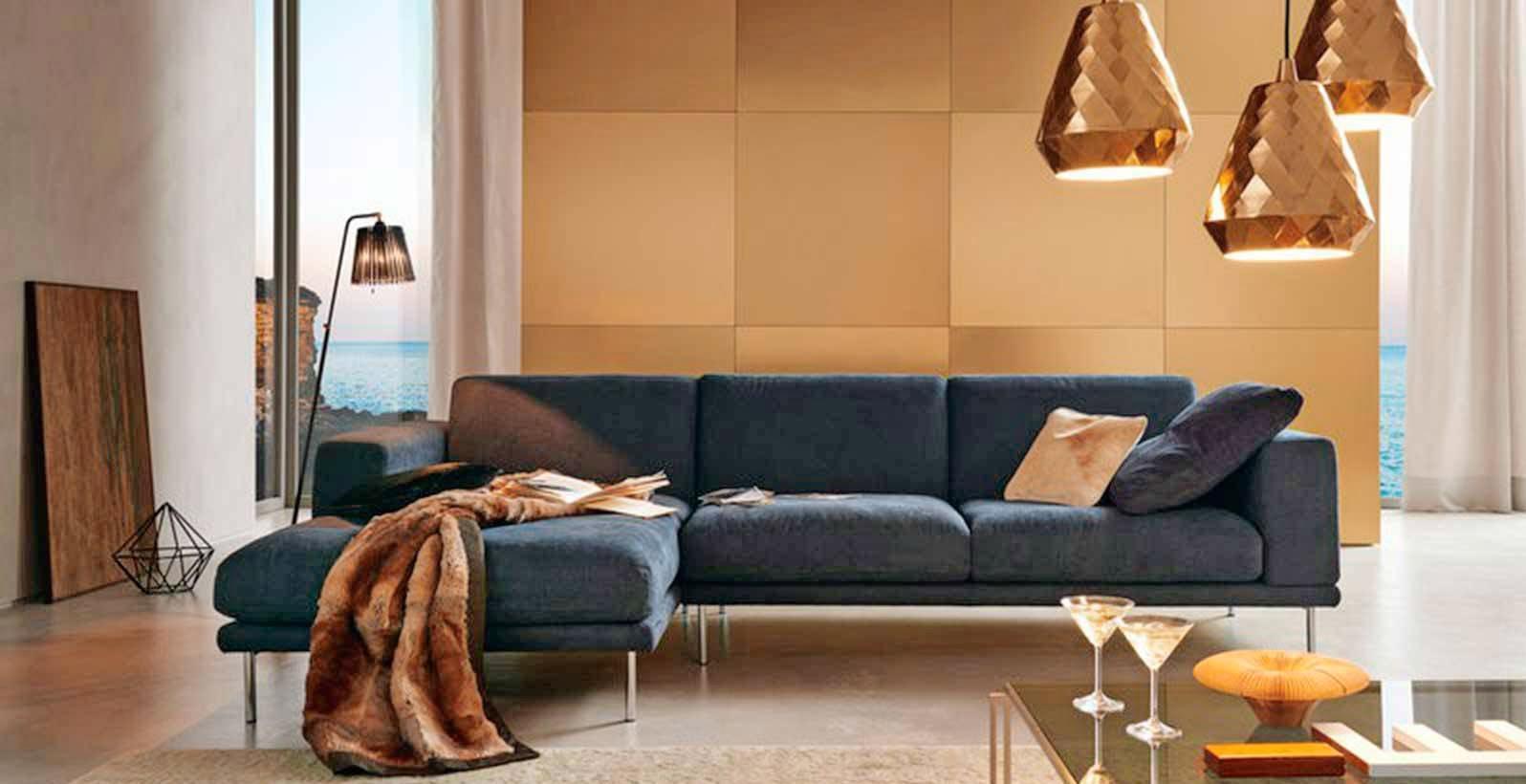 Kuschelige Decken, warmes Licht: So wird das Wohnzimmer zu einem Rückzugsort mit hoher Aufenthaltsqualität. Foto: wk-wohnen