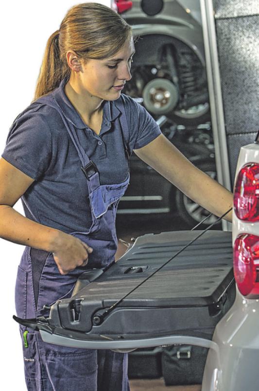 Kfz-Mechatroniker sind auch für Reparaturen zuständig Bild: djd