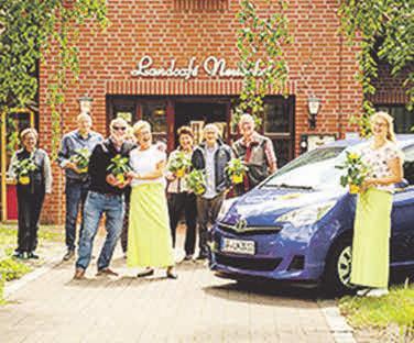 Gute Laune im Landcafé Neubokel: Auch hier bekamen die Gäste eine kostenlose Sonnenblume geschenkt.