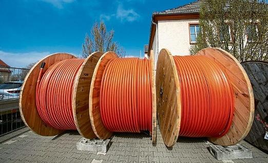Orange ist die Farbe des Breitbandausbaus: Kabelrollen zwischen Droyßig und Wetterzeube. FOTO: ARCHIV/WEIMER