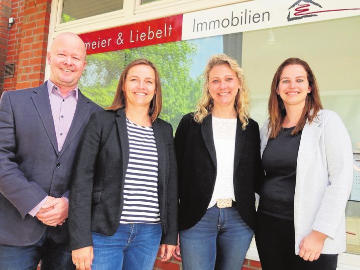 Ein eingespieltes Team, das mit viel Spaß an die Immobilienvermittlung herangeht: Carsten Liebelt, Madeleine Löffler, Sandra Brüggemann und Maren Brinkmeier (nicht auf dem Foto: Berit Lembke). Foto: Reitenbach