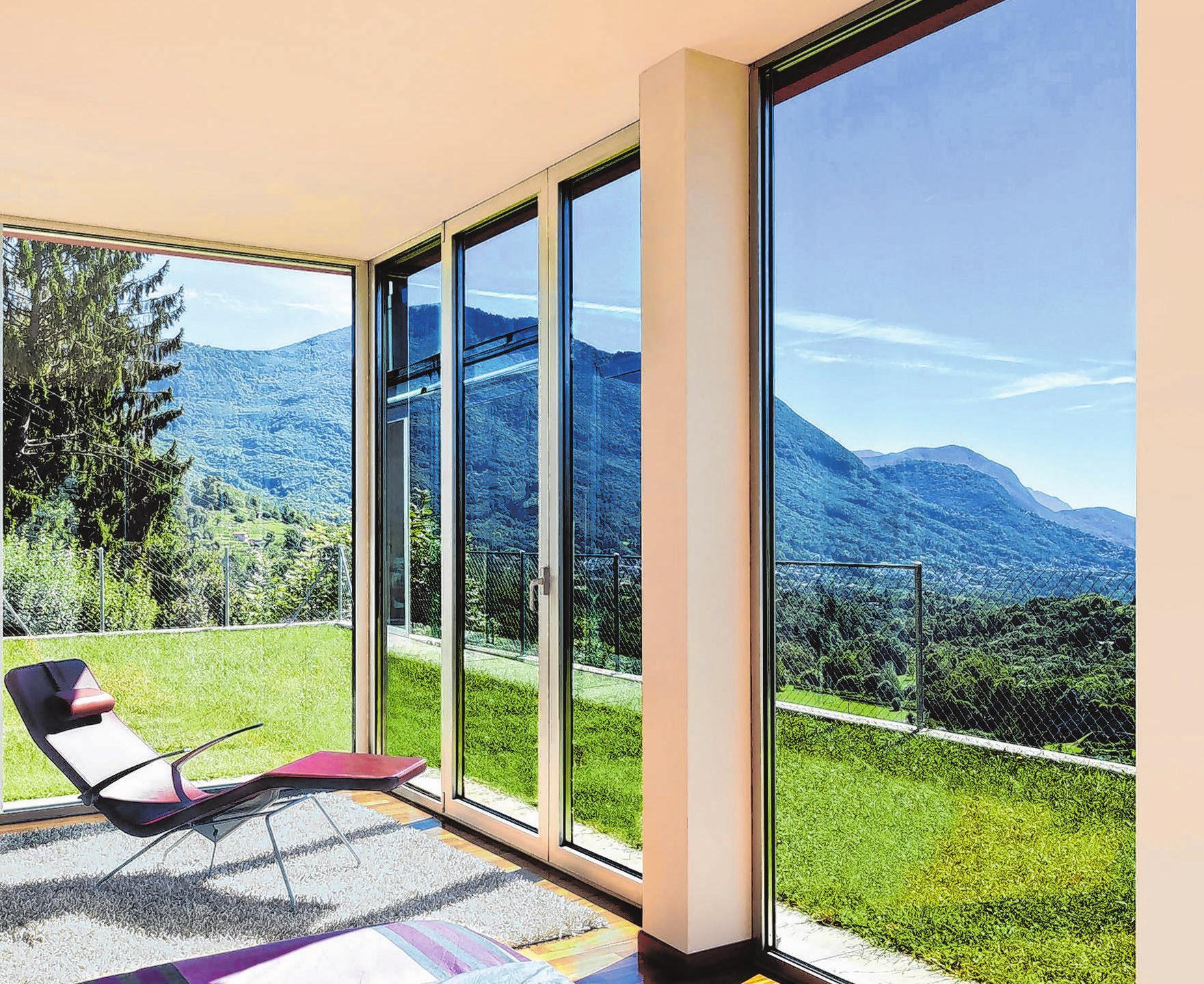 Die Sonne kann Räume stark aufheizen. Dann ist der richtige Schutz wichtig. Eine Möglichkeit: Sonnenschutzglas. Fenster lassen sich so verdunkeln. Foto: Econtrol/BVFlachglas