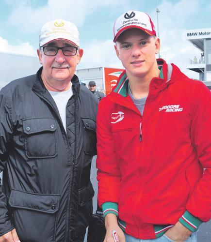 Mick Schumacher mit dem 1. Vorsitzenden des Michael und Mick Schumacher Fan-Club Kerpen, Reiner Ferling. Bild: Ferling