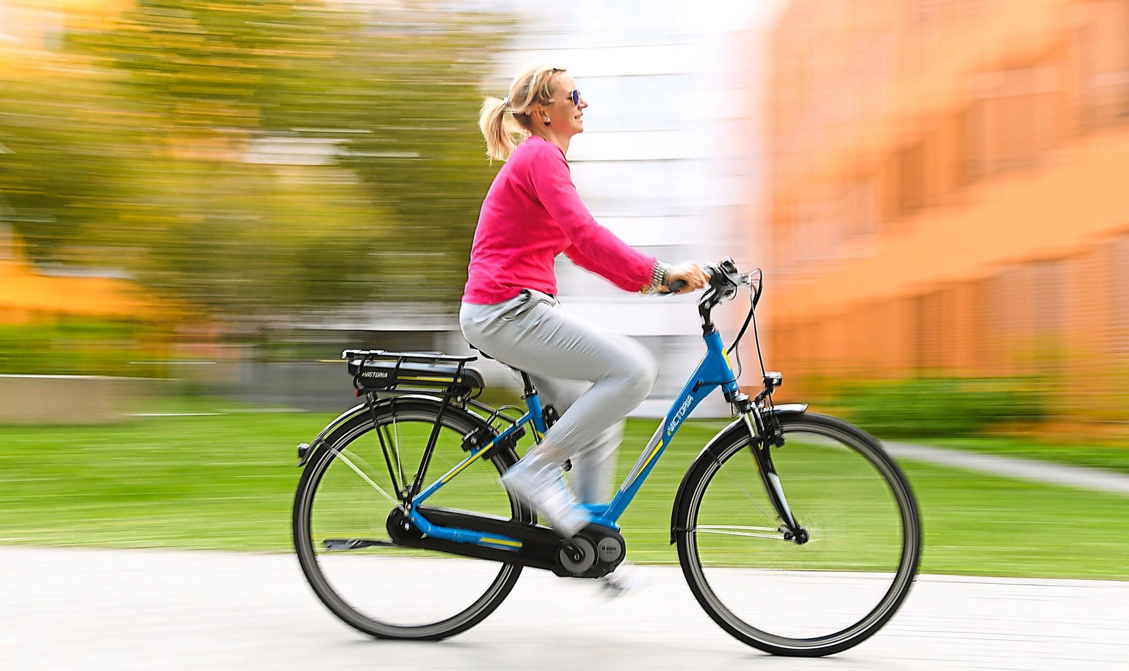 Schneller unterwegs mit dem Zweirad: Mit elektrischer Motorkraft unterstützt ein Pedelec seine Fahrer beim Treten. Foto: Hase/dpa