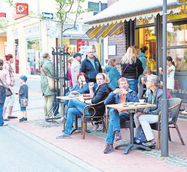 In den Restaurants und Lokalen trifft man sich am Sonntag auf einen Klönschnack bei Kaffee, Kuchen und anderen Leckereien. Foto Joachim Lührs