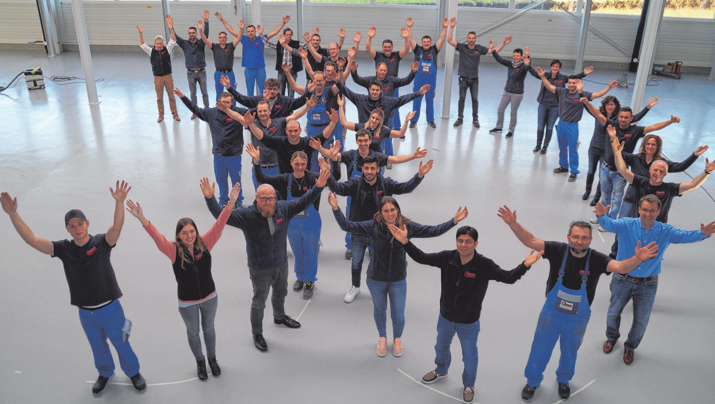 Seit 30 Jahren besteht Grimm Zuführtechnik - die Mitarbeiterinnen und Mitarbeiter weisen schon einmal ganz persönlich auf das Geburtstagswochenende im September hin.