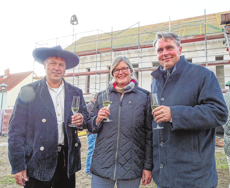 Beim Richtfest am 30. Oktober 2019 stieß das Ehepaar von Stünzner-Karbe mit Zimmerer Peter Fechner an.