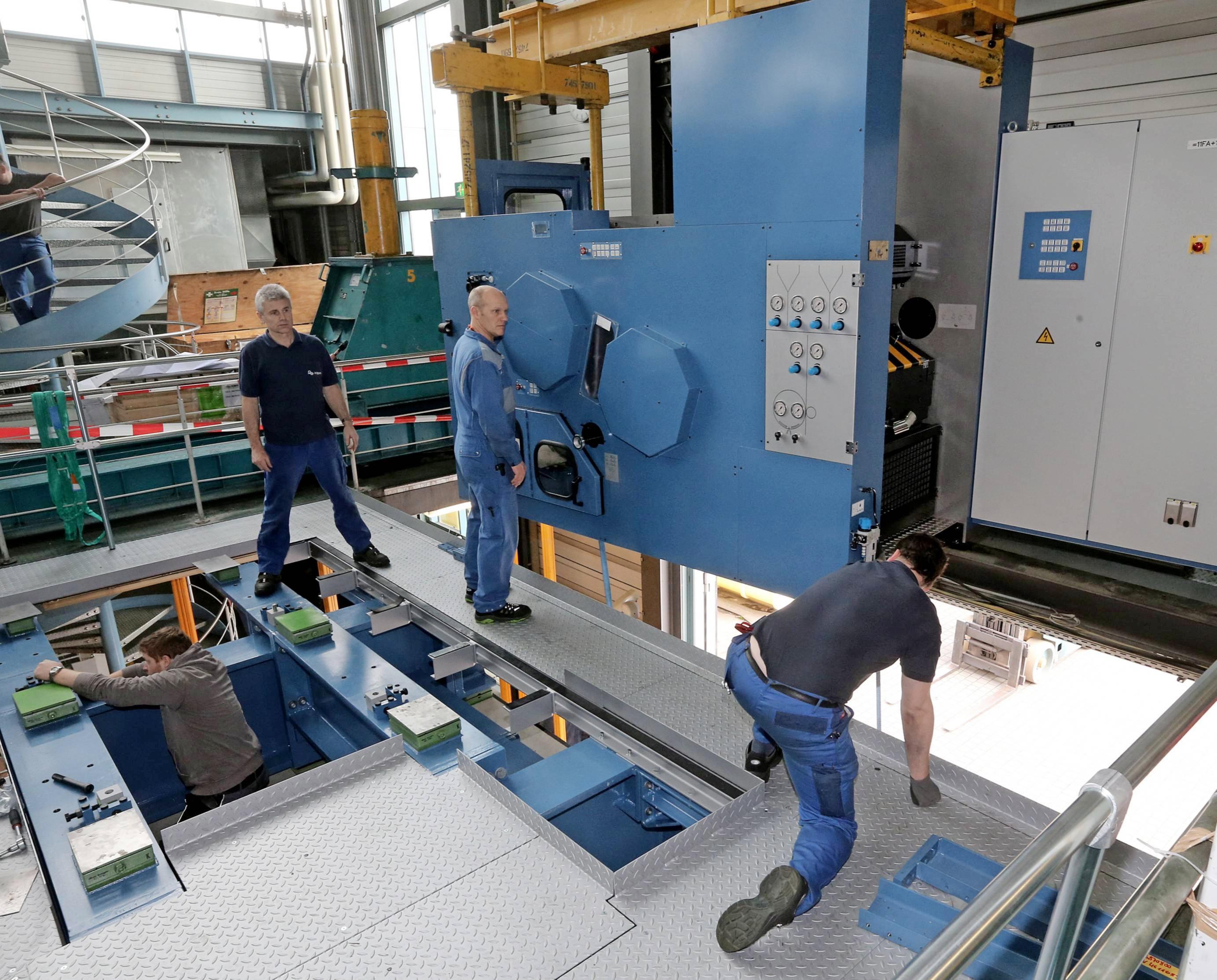 2014 werden im laufenden Betrieb zwei neue Druckmaschinen im Wert von 15 Millionen Euro installiert.