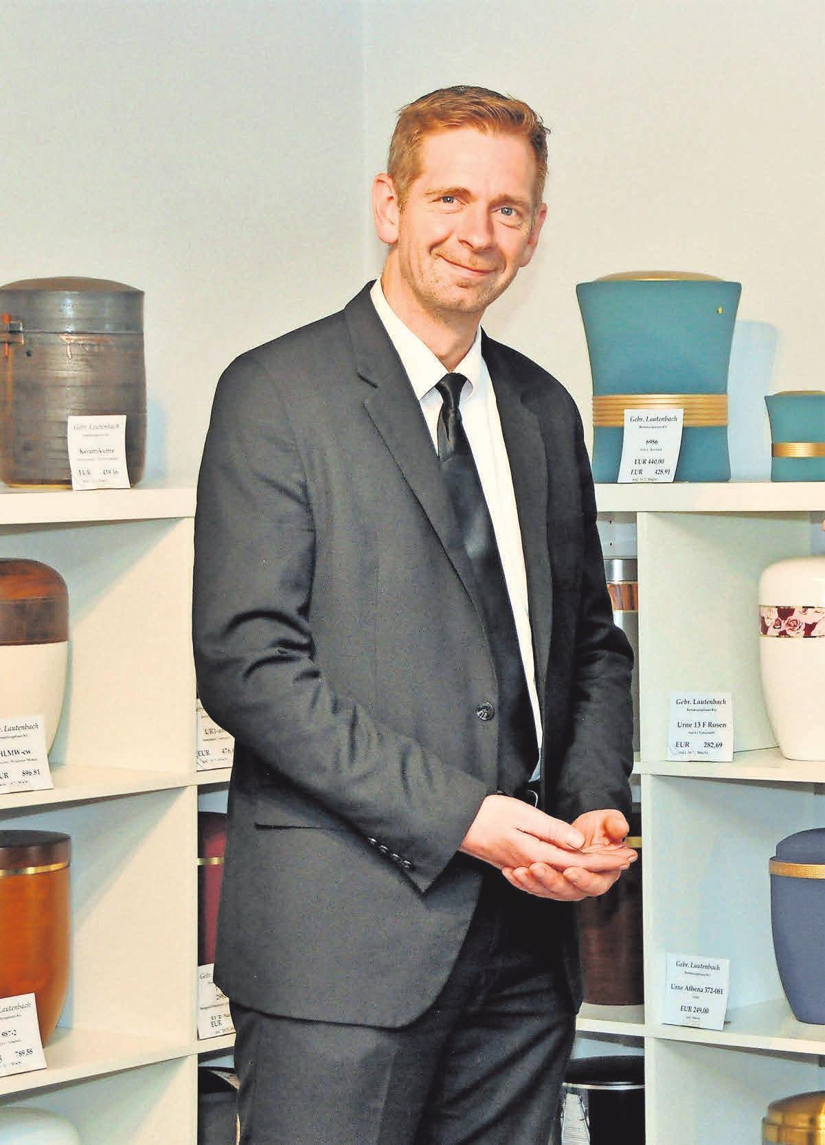 Im Haupthaus in Linden steht ein umfangreiches Sarg- und Urnenangebot bereit. Kundenberater Karsten Gätcke steht den Angehörigen für ein Beratungsgespräch gerne zur Verfügung.