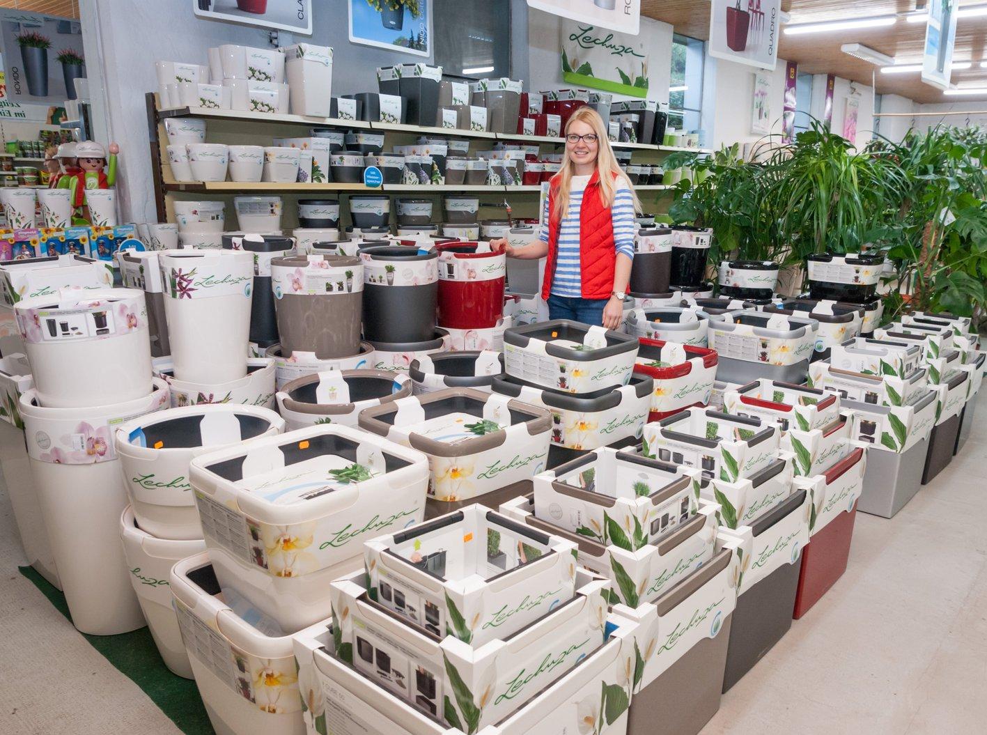 Catharina Bestehorn empfiehlt die neuartigen Pflanzgefäße Lechuza. FOTOS: ZERFASS