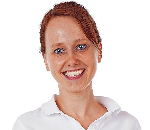 Prüft Fortschritt der Zahnkorrektur: Dr. Dorothee Fontana. FOTO: ZAHNARZTPRAXIS
