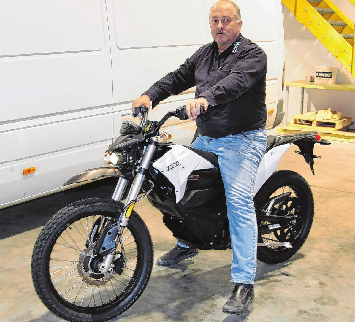 Manfred Reinhardt sitzt auf einer Enduro-Maschine, einer Zero FX. Foto: gm