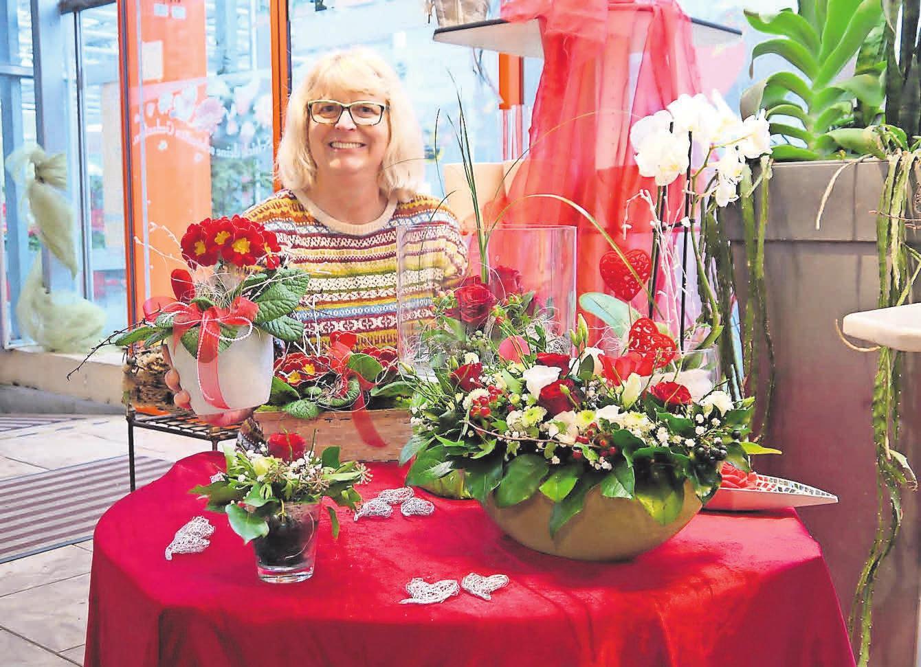 Immer kreativ: Sabine Hupke und ihr Team setzen Blumen in Szene. Foto: Witzig