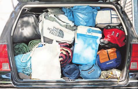 Ob der Kofferhaufen da mitfahren darf, kann man dem Fahrzeugschein entnehmen.  Foto: Sebastian Gollnow/dpa-Magazin