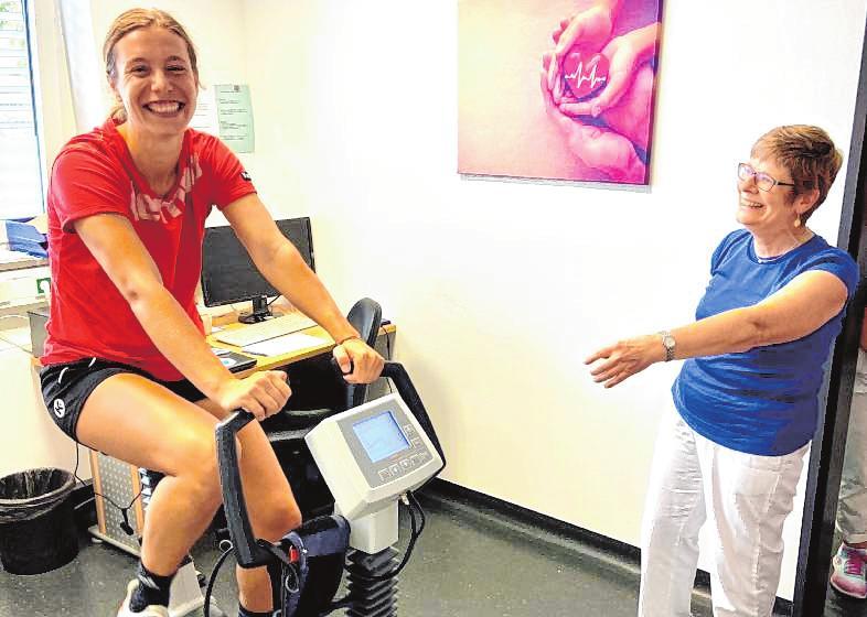 Sarah van Gulik beim Belastungs-EKG mit Dr. Brigitte Tost vom HGH.